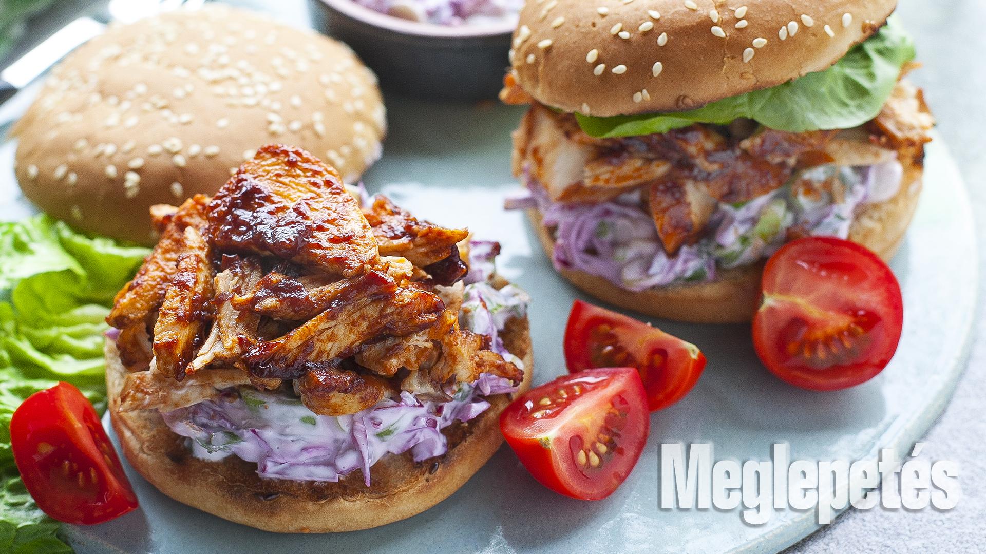 bbq csirkeburger káposztasalátával csirkemell fokhagyma görög joghurt hamburgerzsemle káposzta méz receptek vrábel kriszta zöldsaláta