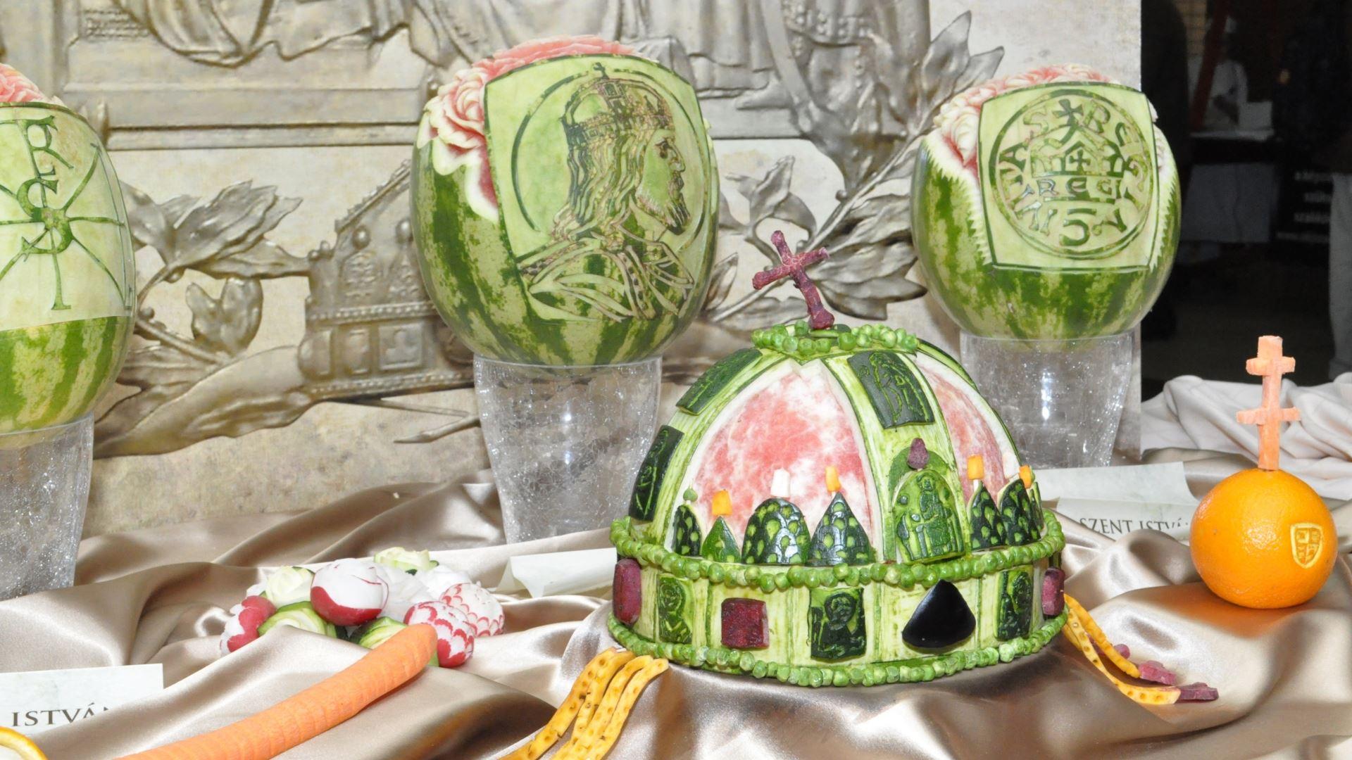 dinnye dinnyefaragás ételdísz gyümölcsfaragás gyümölcsszobrász riport szent korona zöldségszobrász