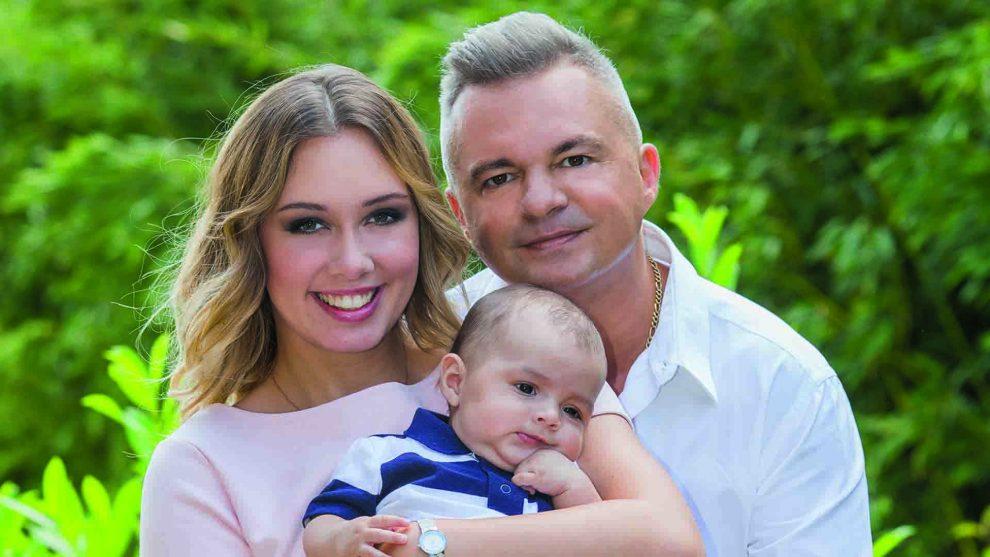 cooky család francia francia állampolgárság holczhaffer csaba két nyelven beszélnek kisfia Kevin műsorvezető nemzetközi név párja Debi rádió1 újszülött