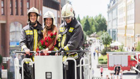 b. molnár márk eljegyzés herceg katona marianna lánykérés nyíregyházi bevásárlóközpont szerelem tűzoltó tűzoltóautó