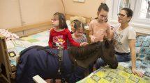 ács franciska beteg gyerekek bethesda gyermekkórház debreczeni csilla epilepszia gerinc és koponya sérülés idegrendszeri sérülés kórház minilovak mozgásszervi betegek négylábú terapeuták rehabilitációs és neurológiai osztály terápiás ló terápiás miniló velkey györgy vertigó