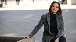 benkő nóra drága örökösök-sorozat drámapedagógus holczhaffer csaba holnap tali című ifjúsági tévésorozat iskolaigazgató lakberendezés művészeti pálya pesti magyar színház sorozat sorozatforgatás szereplés színésznő színjátszótábor ügyvédnő
