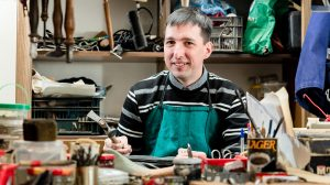 b. molnár márk bella péter bőr bőrcsiszoló cipészmester cipők csizmák lovaglócsizma mester műhely sarkalógép szakma szaktudás szerszámok varrógép