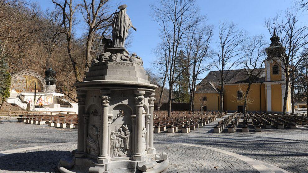 csodagyógyulás csodák csodavíz gyermekáldás gyógyulás hálatáblák kút mária-szobor mátraverebély meggyógyítja a betegeket orosz lóránt szentkúti kegyhely virág márton zarándokhely