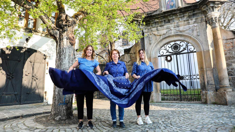 festés kékfestő kékfestő dinasztia kovács miklós mintafa népi viselet panák annamária panák veronika panákné kovács mária pap ruhapróba sasi b. molnár márk