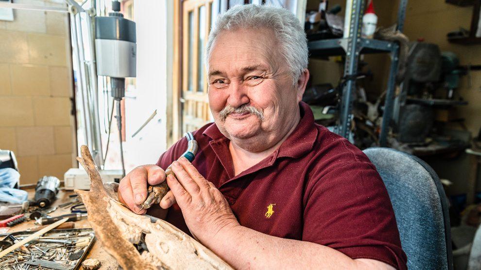 agancsok agyarak bakács tibor bencze lászló csontfaragó csontok elefántcsontfaragás faragás fogtechnikus kézműves műhely marhacsont szarvasagancs vadászkultúra