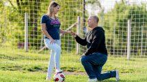boldogság eljegyzés focimeccs focipálya gyémántgyűrű gyűrű köteles nikolett leánykérés partjelző székely roland szerelem süttő