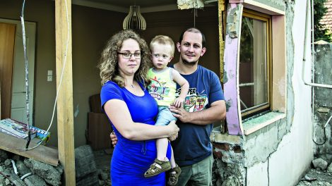 debreczeni csilla elkerülő út fékcsikorgás gallai család gyerekszoba kamion kidőlt falak teherautó ütközés