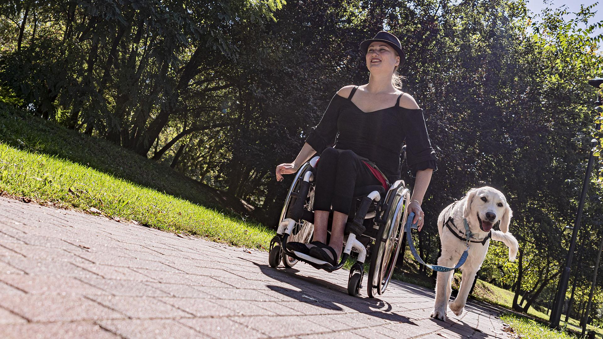 akadálymentesített belicza bea golden retriever kerekes-székes kerekesszék kettes típusú diabétesz kutya mészáros gabriella zéti mozgássérült emberek önálló élet egyesület mozgássérült iskola önbizalom segítő kutya sejtanyagcsere-zavar személyiségfejlődés vak lány