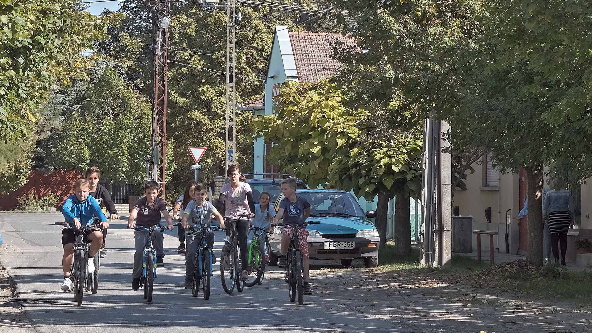 autós forgalom bicikli biciklisek bicikliszerviz biciklitároló bicikliző falu bordány dr. fodor ákos falu internetes oktatóvideó kerékpár kerékpárosbarát település kerékpárutak közlekedési eszköz szurovecz kitti tanács gábor
