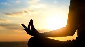 aura egészség ezotéria fájdalom gyomorprobléma jóga koncentráció mantrázás meditáció om-mantra pozitív hatás rezgés stressz ványik dóra