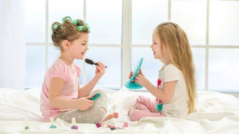 anya-lány kapcsolat apa-fiú kapcsolat bata kata esztétikai okok felnőtté válás gyerekkori sminkelés kamaszszakértő kislány nemi jegyek kihangsúlyozása női szerepek orsolics zénó smink szülői minta