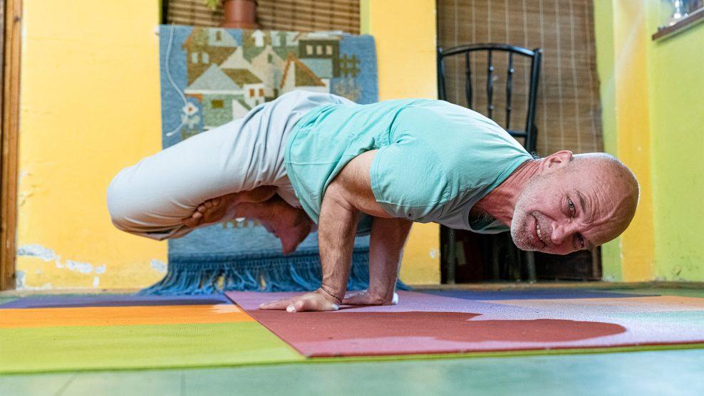 buddha COVID-19 gandhi helyes légzés járvány jóga jógaoktató jógastúdió karantén koronavírus koronavírus-fertőzés koronavírus-járvány loyolai ignác meditáció NaiRobi DJ rónai róbert sport és jóga című könyv yesudián