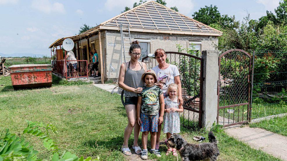 ácsmester aggregátor baranyi dániel betontűzfal cserép csoda kilátástalanság ludasi család összeomlott ház takarófólia tarnazsadányi önkéntes segítő egyesület villamos vezeték