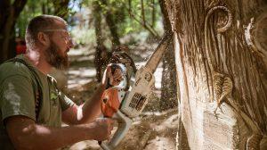 bagoly fahasáb hadaró szabolcs hobbi láncfűrész láncfűrészes fafaragás medve rönkházfaragók tűzifa ványik dóra