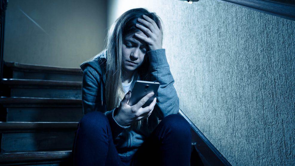 csapda a neten dokumentumfilm érzelmi elhagyatottság kiskamaszok kiskorú online ragadozók online szexuális zaklatás pornográf fotók pszichológus reményiné csekeő borbála szexuális kapcsolat zsarolás