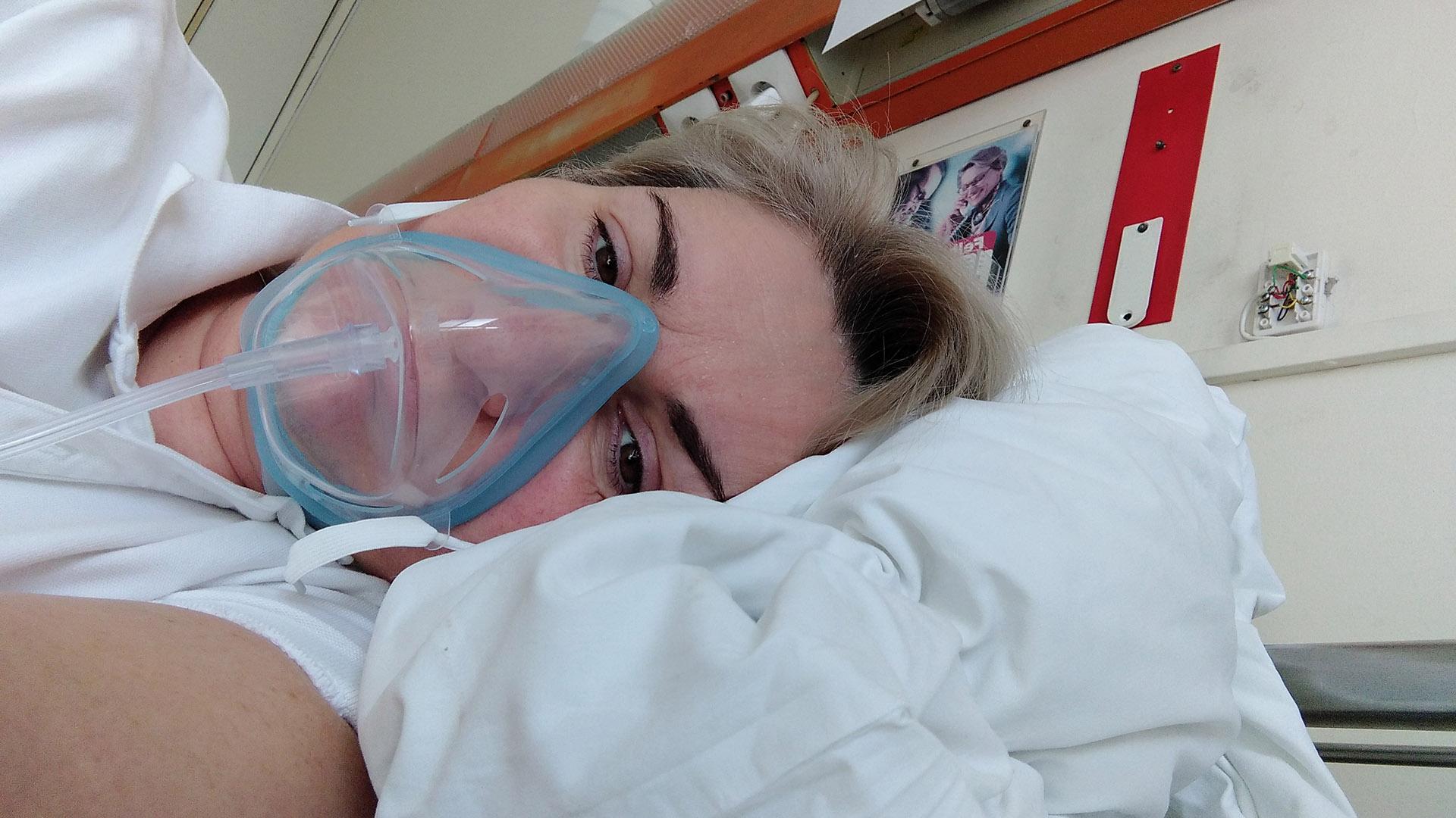 arcizombénulás belicza bea COVID-19 családi ügyek gumikesztyű gyorsteszt kínai oltás koronavírus láz lélegeztetőgép maszk náthaszerű tünetek neurológiai betegség rózsa beáta szemideggyulladás szívbetegség születésnap temetés