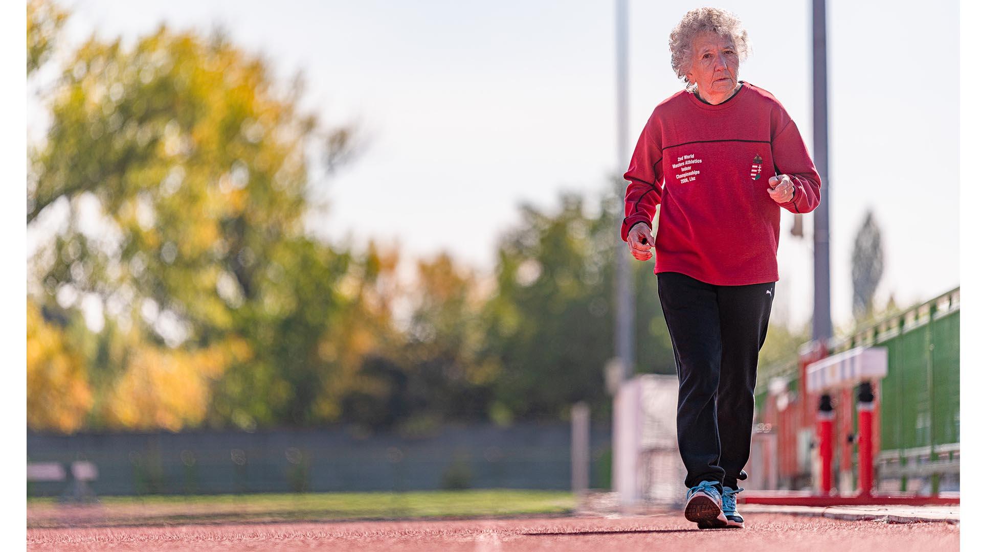 bakács tibor egészséges élet európa-bajnoki érmek futás gimnasztika lábnyújtás lóki tamásné marika néni nagymama pajzsmirigyproblémák sprinter törzsdöntögetés világ-versenyek